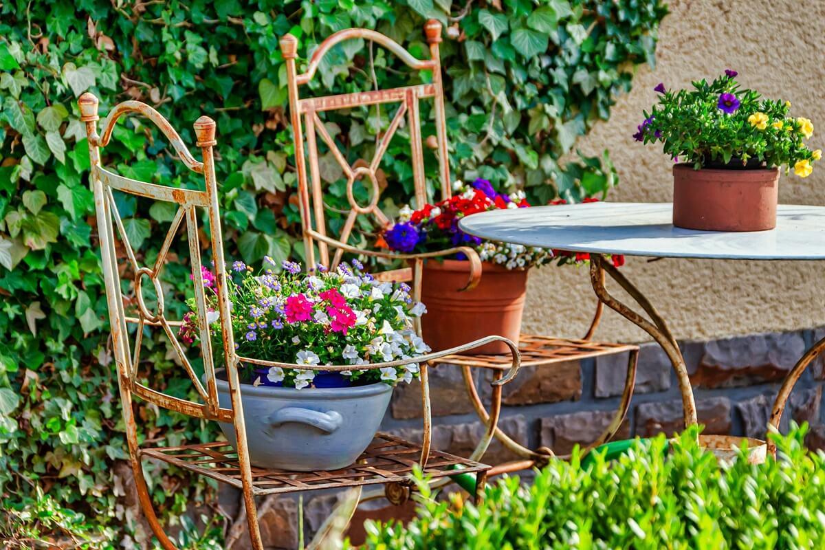 Metallelemente sorgen in der Gartengestaltung für Kontraste zu Pflanzen und Holzelementen.