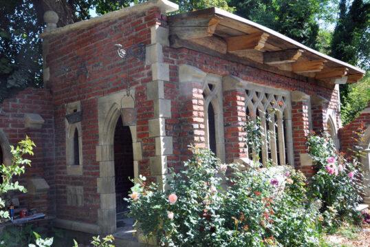 Gartenidee – Gartenruine im gotischen Stil mit roten Steinen – Stilvoll...