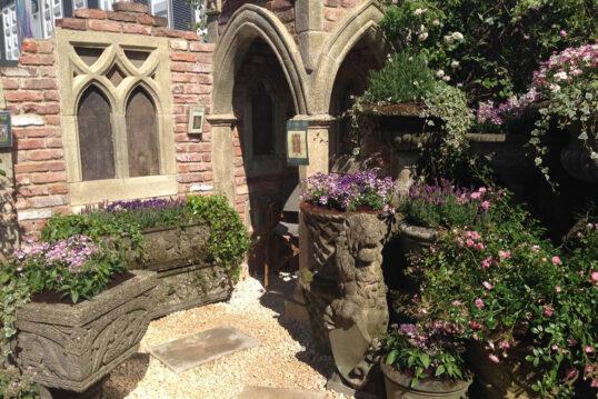 Beispiel für die Gartengestaltung – Gartenruine im gotischen Stil mit integri...