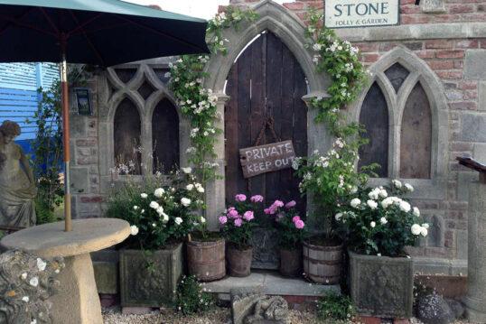 Gartengestaltung mit gotischer Gartenruine – Rosen & Kletterpflanzen in ...