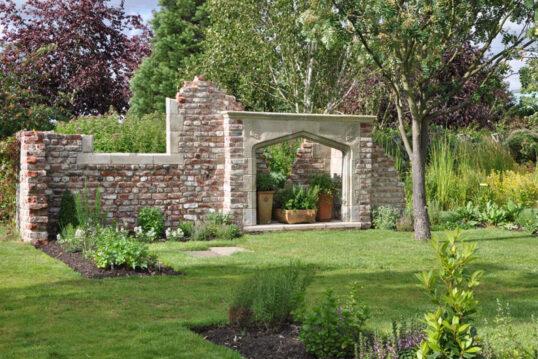 Stilvolle Gartenidee mit Gartenruine im gotischen Stil  – Ruine mit kleiner T...