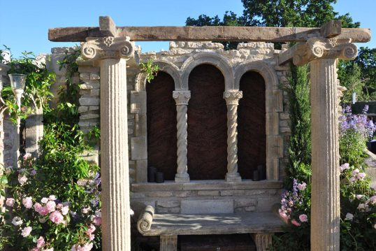 Gartendeko Idee – Element einer Gartenruine im gotischen Stil mit Säulen ...