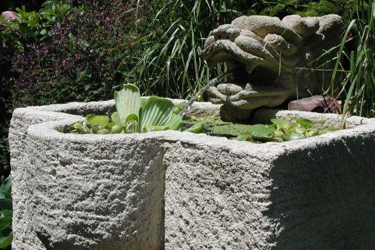 Gartendeko Idee – Gestaltungsbeispiel mit Steinbrunnen & integrierten Wasserspeier – Wasserpf...