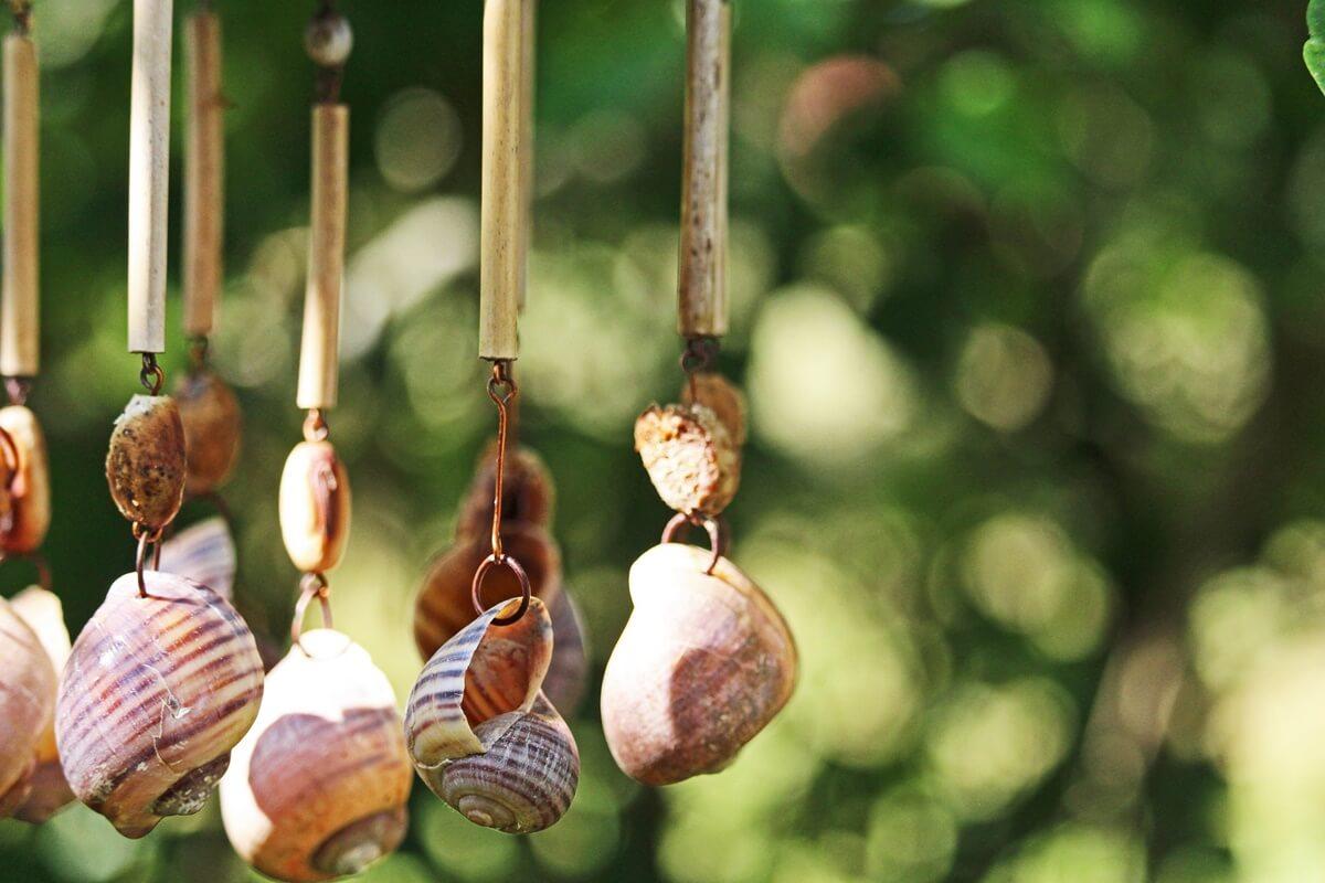 Mit ein wenig Kreativität kannst Du deinen Garten mit selbstgebastelten Vogelhäuschen oder Windspielen gestalten.