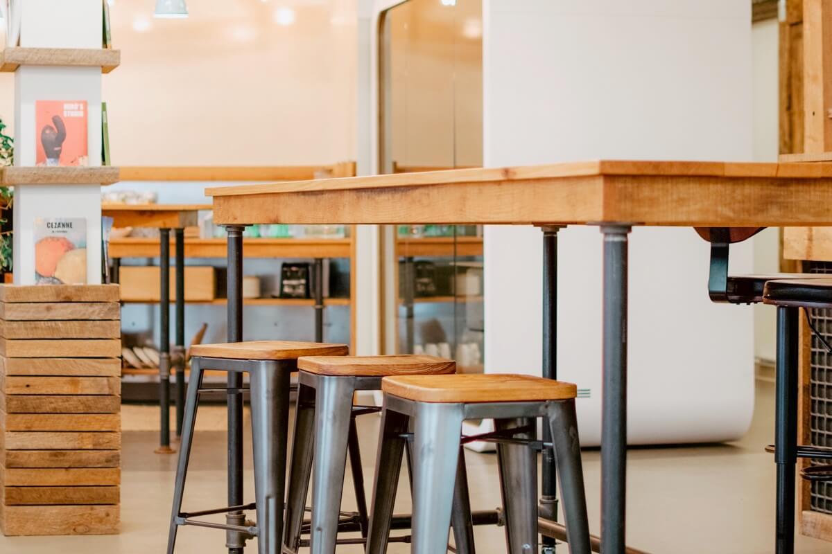 Tisch mit Barhockern aus Teakholz mit eisernen Beinen