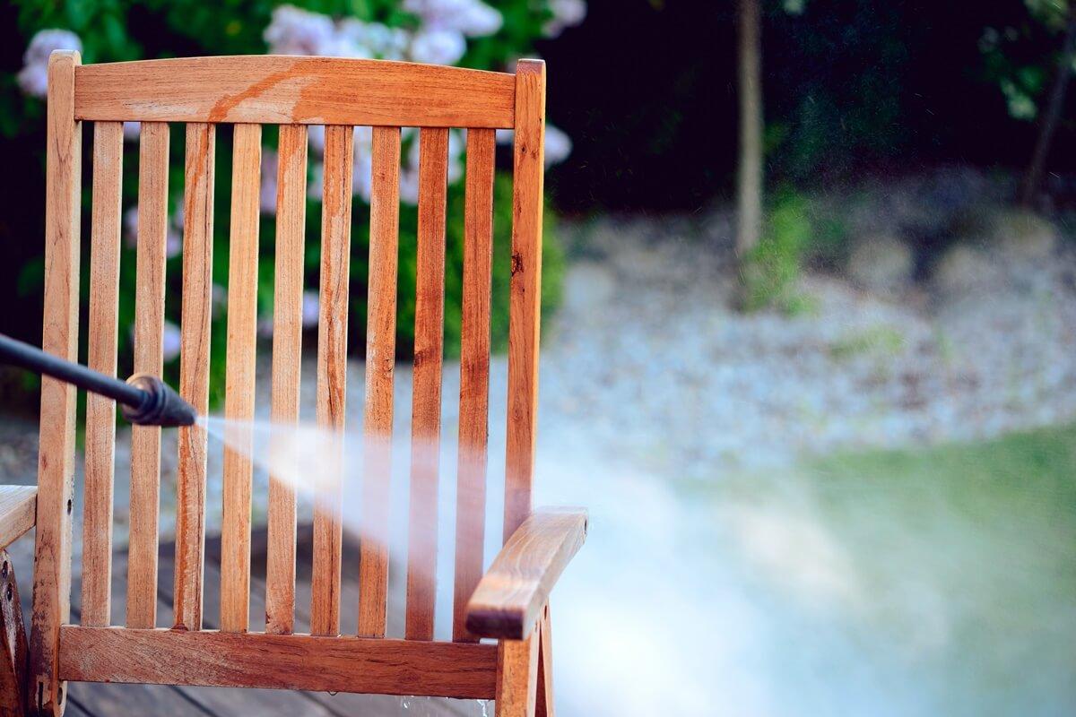 Teakholz-Gartenstuhl mit Hochdruckreiniger reinigen