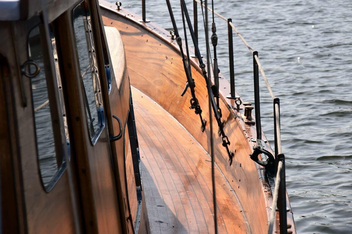 Kleines Schiff mit Teakholz-Bestandteilen