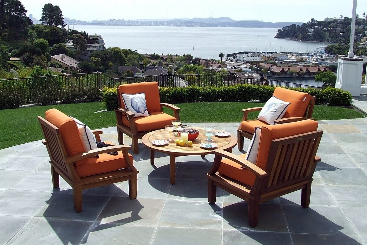 Gartenstühle aus Teakholz mit orangenen Polstern
