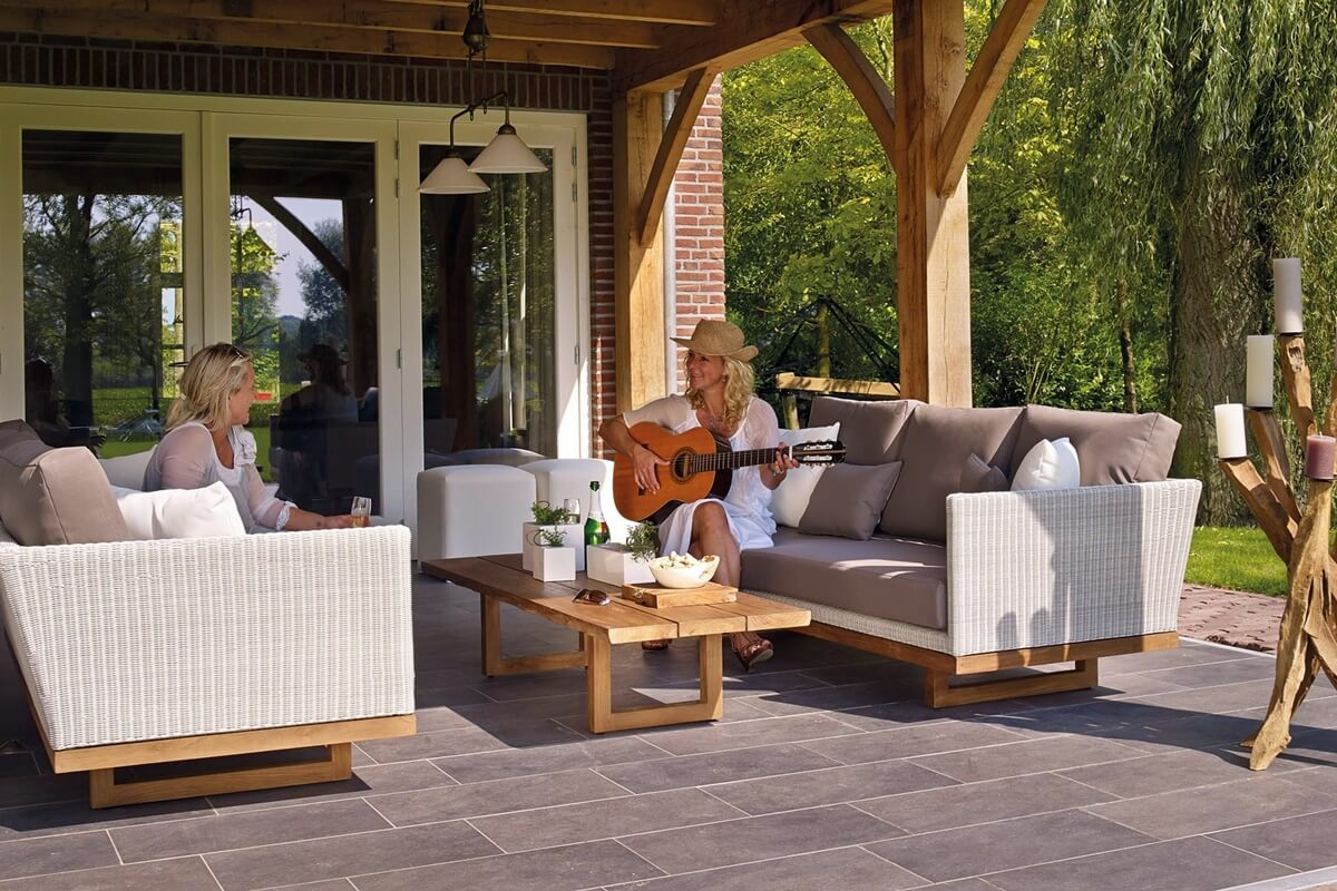 Terrasse mit Loungemöbeln aus Teakholz und Polyrattan