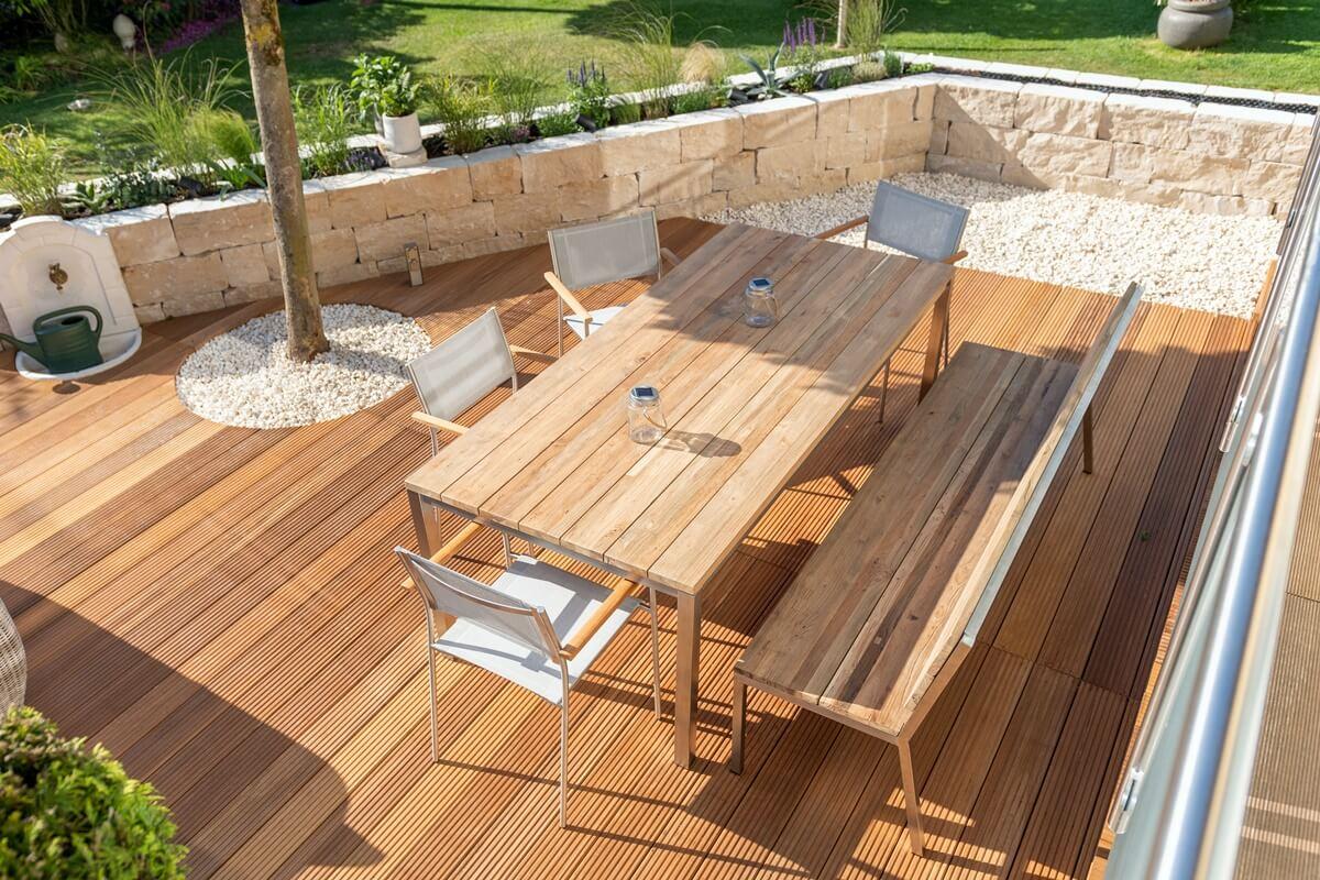 Gartentisch & Stühle aus Teakholz und Metall