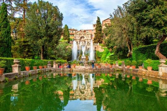 Mediterrane Gartengestaltung mit großen Schwimmteich – Pflanzgefäße am Steinr...