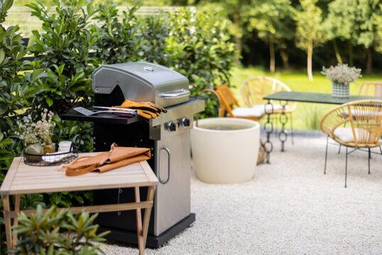 Terrassen Idee – Moderner Grill & Holztisch als Ablage – Sitzgrupp...