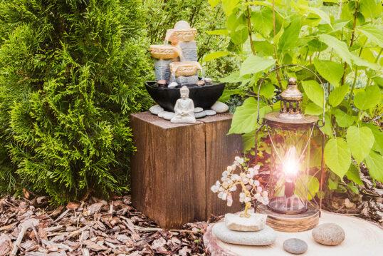 Gartendekoration im asiatischen Stil – Buddha-Skulptur & kleiner Brunnen...