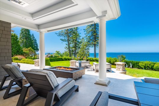 Moderne Terrassengestaltung mit Sonnenliegen & Feuerstelle – Sitzgruppe ...