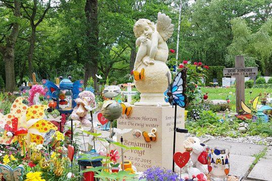 Buntes Kindergrabmal aus Sandstein & Engelsfigur - moderner Grabschmuck ziert das Kindergrab