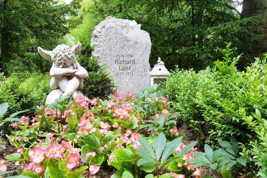 Schönes Kindergrab aus hellem Granit mit Bergkristall – moderne Grabgestaltun...
