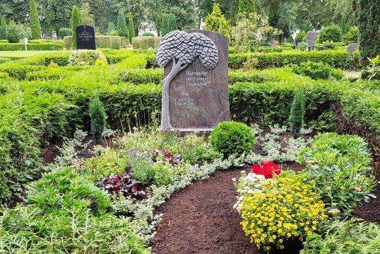 Moderner Grabstein für eine Doppelgrabanlage aus Granit mit Lebensbaum – Heck...