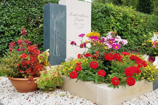 Modernes Urnengrabmal mit Einfassung aus Kalkstein & Granit und Sommerlicher Grabbepflanzung mit pflegeleichten Blumen