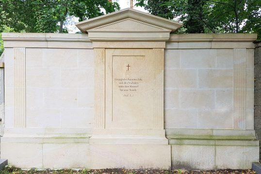 Familiengrabstätte mit Grabstein als Grabwand aus Sandstein gefertigt in Form eines...