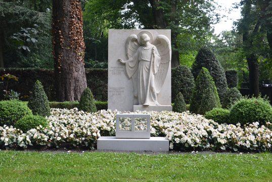 Alfred Neven DuMont - Grab mit Grabstein des Verlegers und seines Sohnes dem Künstler Spiridon Markus DuMont auf dem Friedhof Melaten in Köln