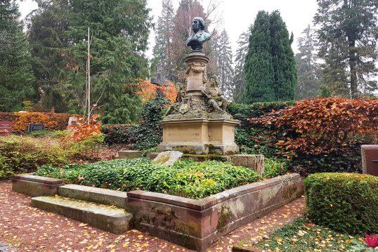Franz Abt – Grab mit Grabstein des verstorbenen Komponisten auf dem Nordfriedhof in Wiesbaden