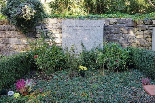 Richard von Weizäcker – Grab mit Grabstein des verstorbenen Bundespräsidenten...