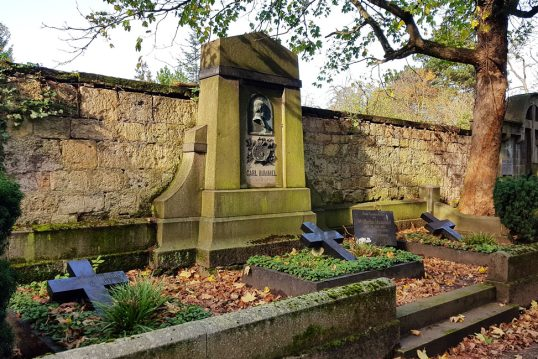Carl Hummel – Grab mit Grabstein des Landschaftsmalers auf dem Hauptfriedhof ...