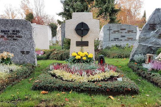 Helles Grabkreuz auf einem Doppelgrab aus Kalkstein & Bronze – pflegelei...