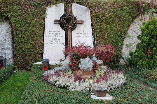 Mehrteiliger Doppelgrabstein mit christlichem Motiv aus Kalkstein & Bronze ...