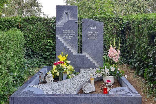 Doppelgrab Idee mit einem Granitgrabstein & Grabeinfassung – Aufwendig gearbeitete Treppe mit Schri...