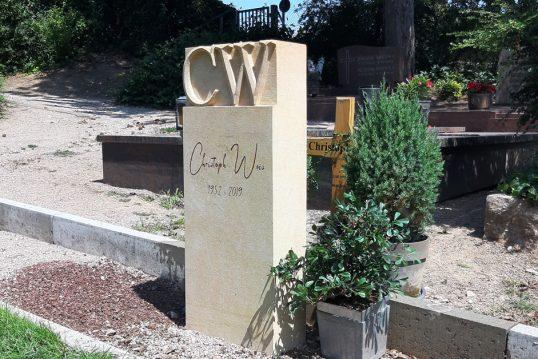 Grabstein aus hellem Sandstein mit Initialien des Verstorbenen