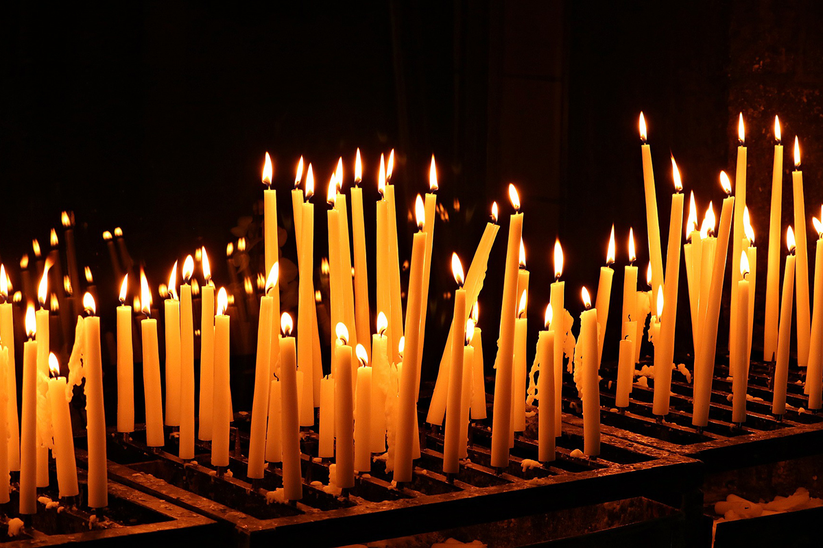 Kerzen in der Kirche zum Totensonntag