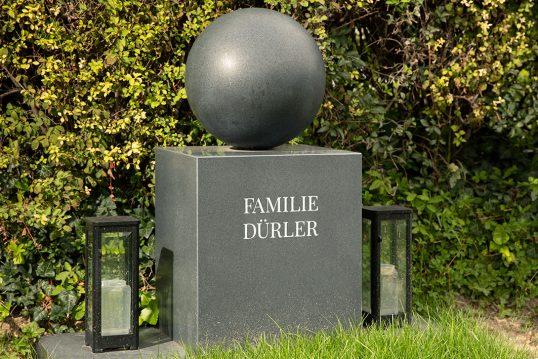 Idee für ein modernes Grabdenkmal – Reduziert modernes Grabmal aus dunklem Gr...