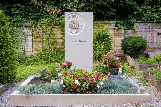 Familiengrab aus Kalkstein mit Ammoniten und Einfassung Heidelberg Bergfriedhof Kon...