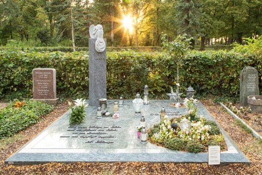 Pflegeleichtes Familiengrab mit Grabengel auf Stele & Granitabdeckplatte