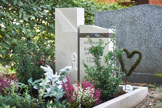 Idee für die Grabgestaltung – Gepflegtes Doppelgrab aus Kalkstein & Bron...