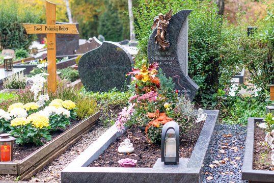Einzelgrab Idee – Modernes Einzelgrab mit Bronzengel und dunkler Graniteinfas...
