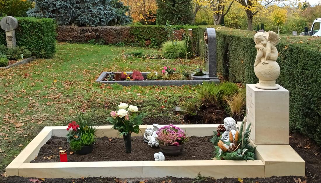 Kindergrab Idee – Kindergrab Gestaltung mit Engel Grabstein und Einfassung aus Sandstein