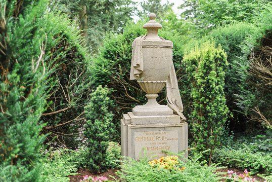 Historischer Gedenkstein mit Graburne und Grabtuch aus Sandstein – aufwendige...