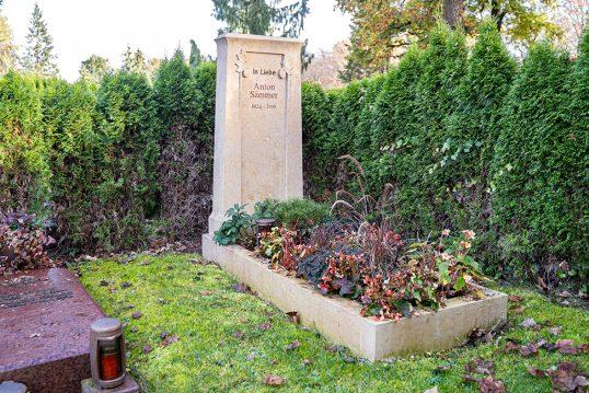 Gestaltungsidee eines Einzelgrabes im klassischen Stil mit Einfassung und pflegelei...