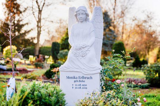 Einzelgrabanlage mit einem Grabengel aus Marmor  – Grabgestaltung mit Umfassu...