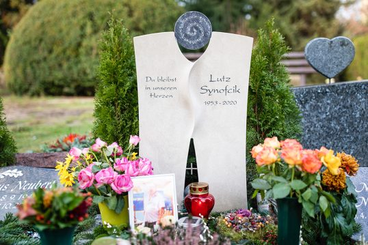 Beispiel Grabgestaltung eines modernen Urnengrabmales aus Kalkstein mit Kristallen ...