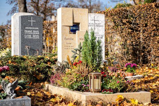 Gestaltungsbeispiel für einen modernen Grabstein mit christlichem Motiv – abs...