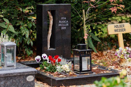 Urnengrab Beispielgestaltung –  Moderner Granitgrabstein mit Öffnung und Olivenholzzweig &...