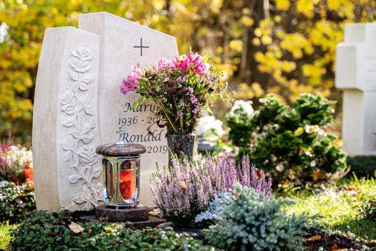 herbstliche Gestaltungsidee eines klassischen Urnengrabes mit Grabschmuck & kä...
