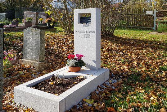 Gestaltungsidee eines maritimen Grabes – moderner Urnengrabstein mit Grabeinf...