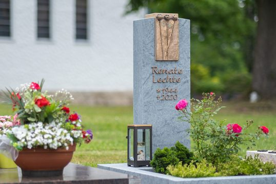 Grabgestaltungsidee eines modernen Urnengrabmales aus Granit mit Bronzetafel –...