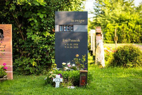 Urnengrabstein mit Bronzeelement und Schriftgestaltung Klarstein Friedhof Dettingen...