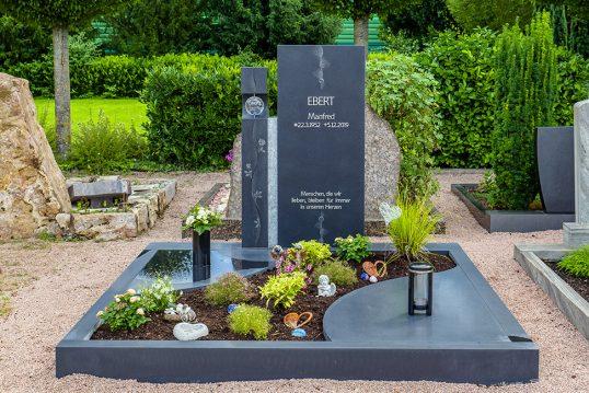 Moderne Doppelgrabstätte aus schwarzem Granit...