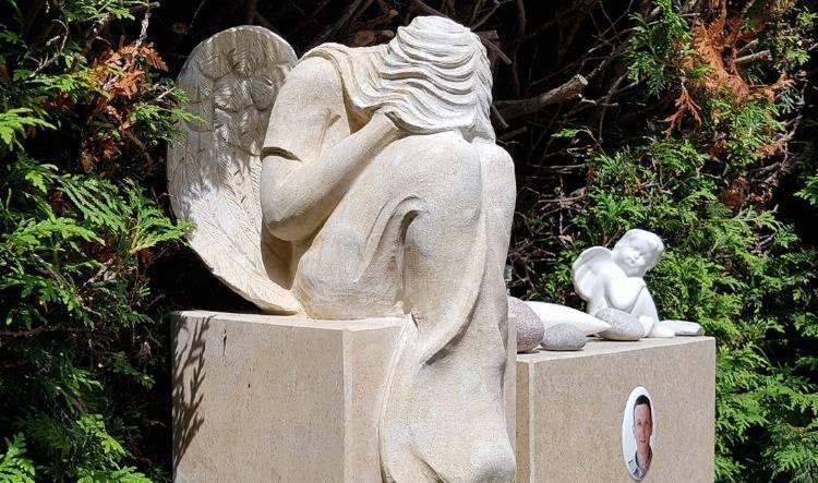 Moderne & klassische Grabengel - Figuren aus Bronze, Porzellan & Steinguss